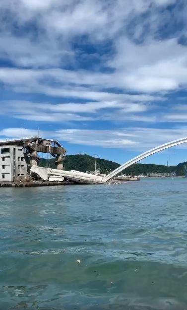 南方澳跨港大橋今天上午斷落。 圖/宜蘭知識+