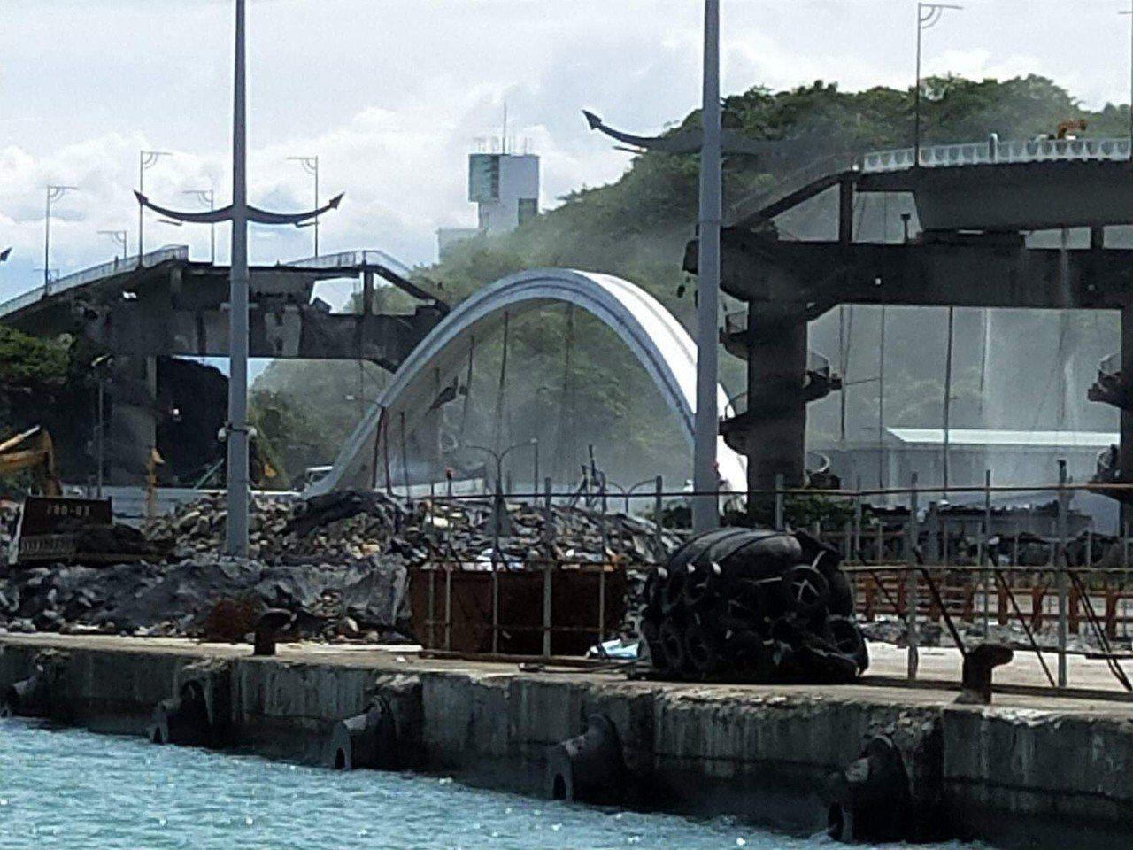 南方澳跨港大橋今天上午斷落。 圖/讀者提供