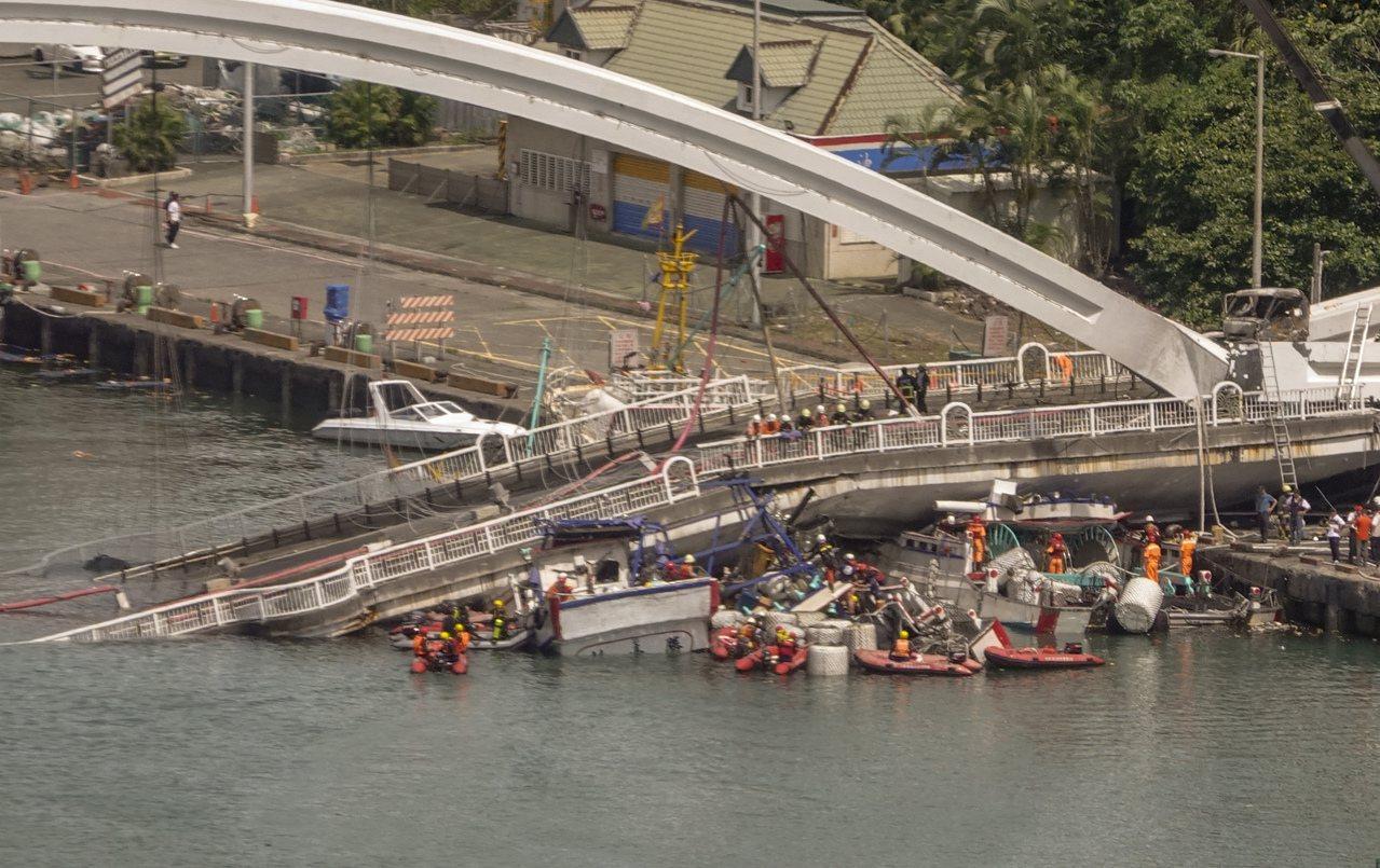 南方澳跨港大橋上午突然斷裂,還壓垮底下的漁船,消防人員正忙著搶救受傷的人員。記者...
