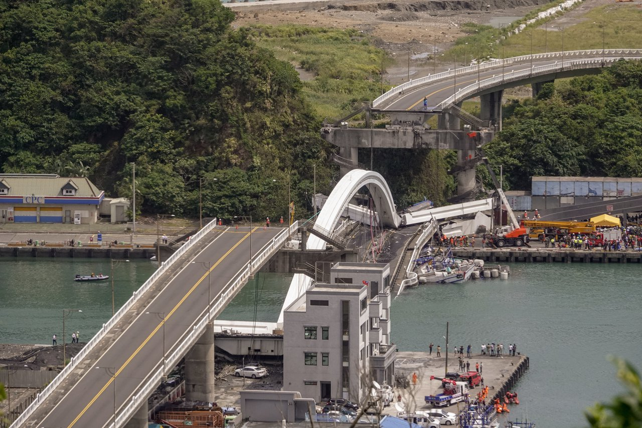 南方澳跨港大橋上午突然斷裂,還壓垮底下的漁船,消防人員正忙著搶救受傷的人員,疑似...