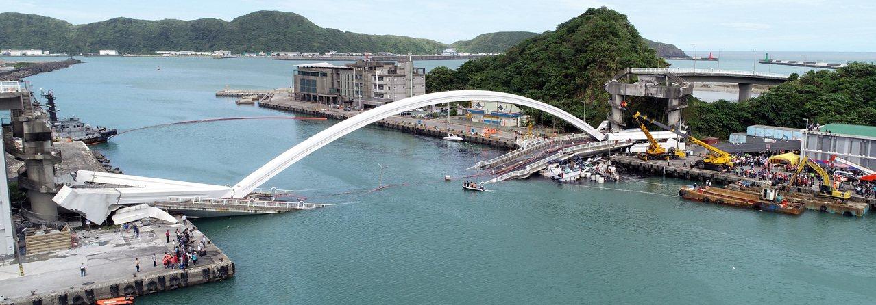 南方澳跨港大橋突然斷裂,壓垮底下的漁船。記者侯永全/攝影