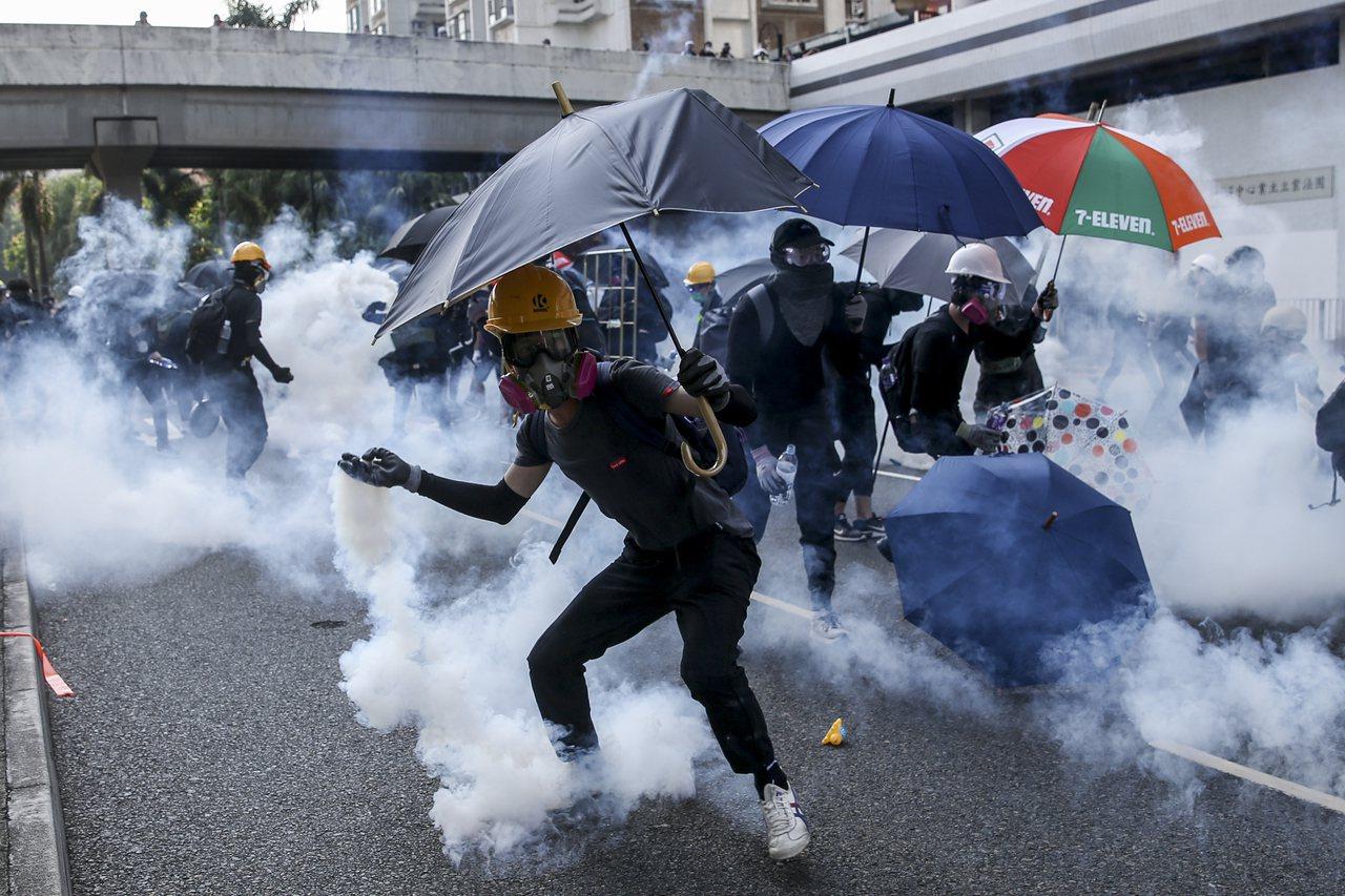 香港警方至今發射了逾5000發催淚彈驅散示威者。歐新社