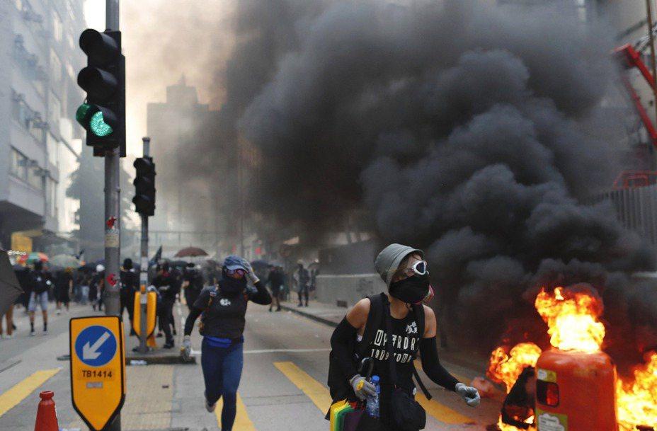 中共建政70周年今日舉辦慶典,但香港街上煙硝四起,反送中抗爭激烈加劇,31人受傷送院。美聯社