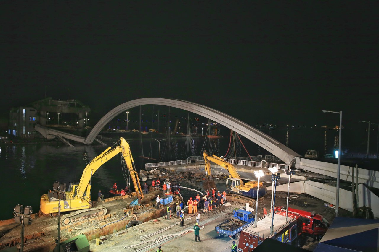 南方澳跨港大橋倒塌,晚間持續搜救。 記者潘俊宏/攝影
