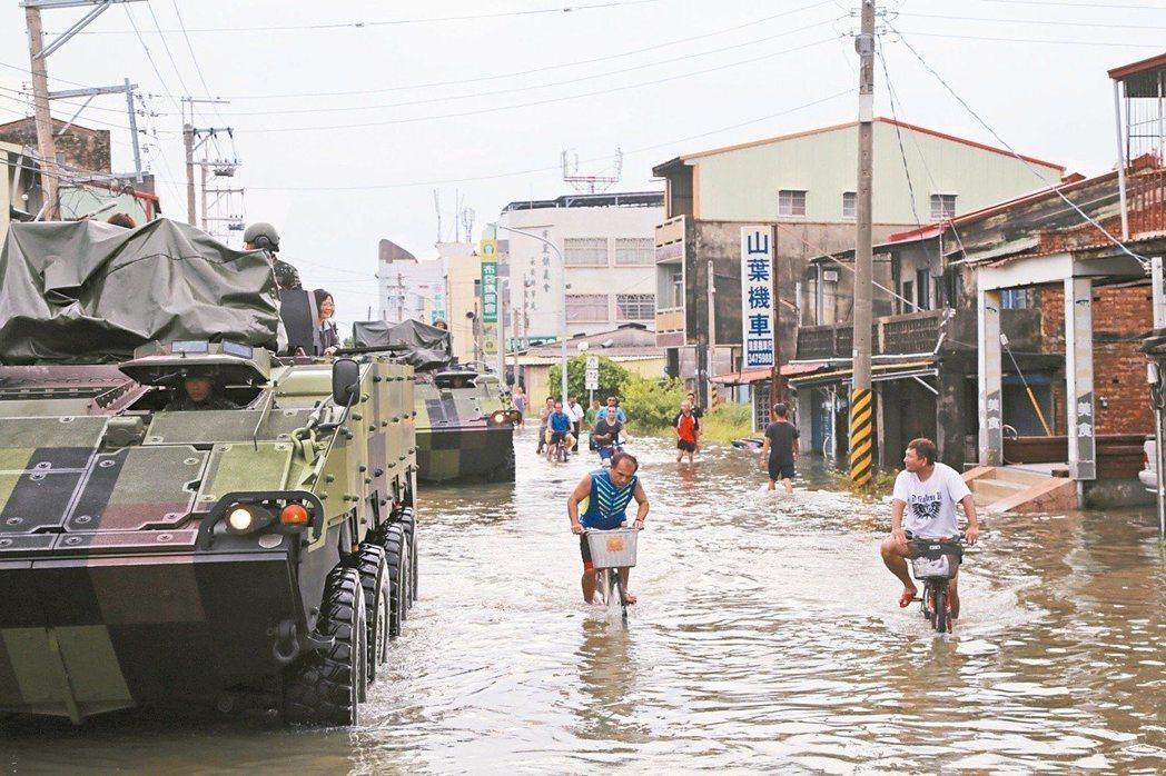 823水災後,總統蔡英文搭雲豹裝甲車到布袋勘災點,遭災民罵總統作秀,引發民怨。 ...
