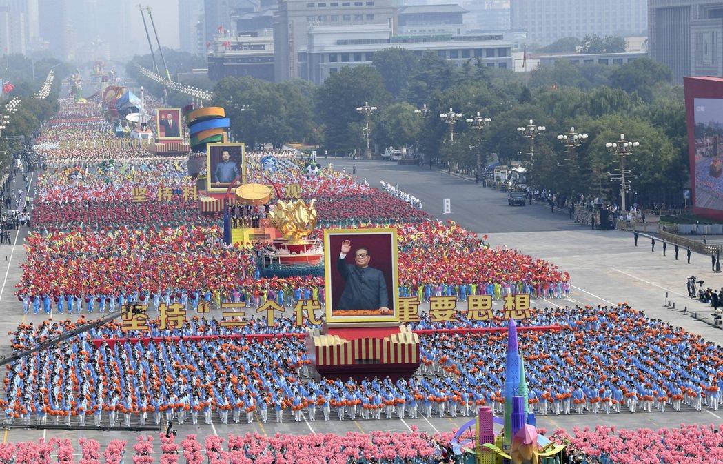 中共建政70周年大會昨天在北京天安門舉行,現任、歷來領導人的巨幅照片通過廣場。 ...