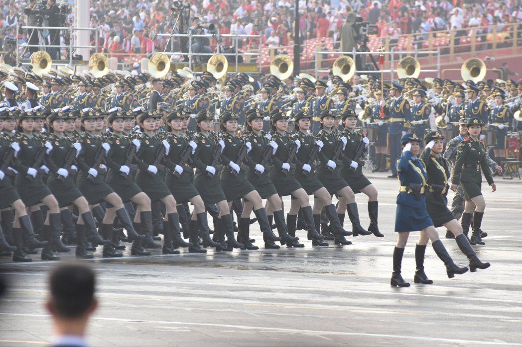 中共昨天舉行慶祝建政七十年大閱兵,圖為徒步方隊的女兵方隊。 特派記者陳言喬/攝...