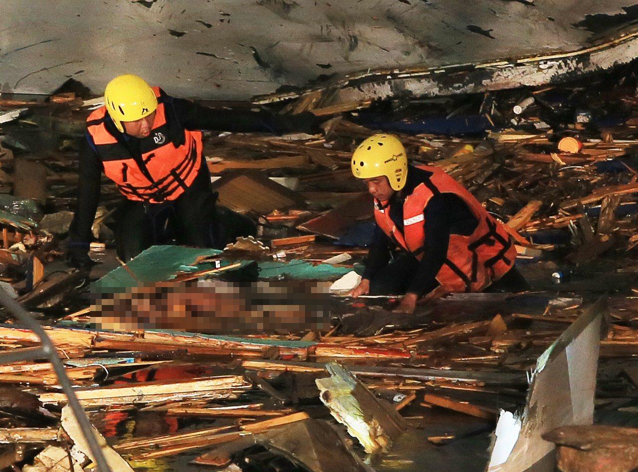 南方澳跨港大橋斷裂,搜救工作持續到凌晨,搜救工作持續到凌晨發現兩具大體。 記者潘...