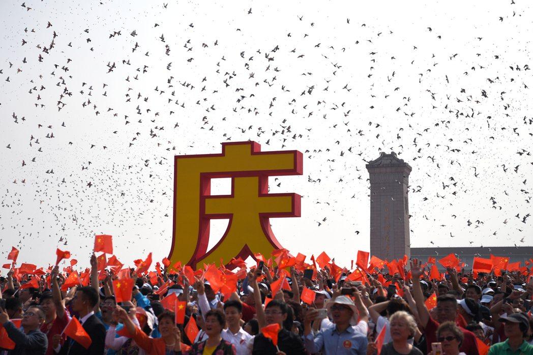 10月1日上午,中共建政70周年大會在北京天安門廣場舉行。圖為放和平鴿。 (新華...