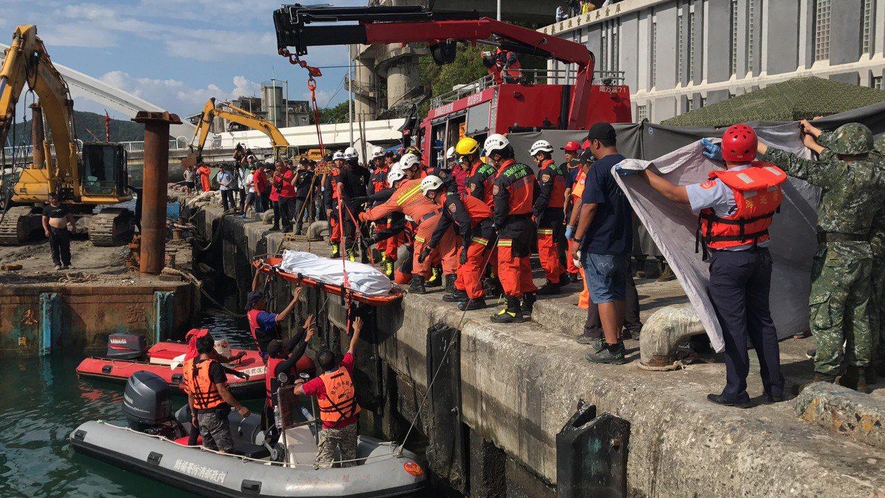 宜蘭南方澳大橋崩塌,今天下午2時27分拉起第五具遺體,目前還有一名漁工失蹤。記者...