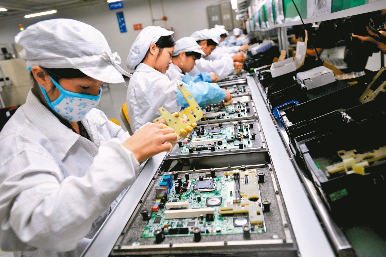 蘋果對零組件廠施加價格壓力未曾降低,台灣蘋果供應鏈透過提升良率、提高自動化生產比...