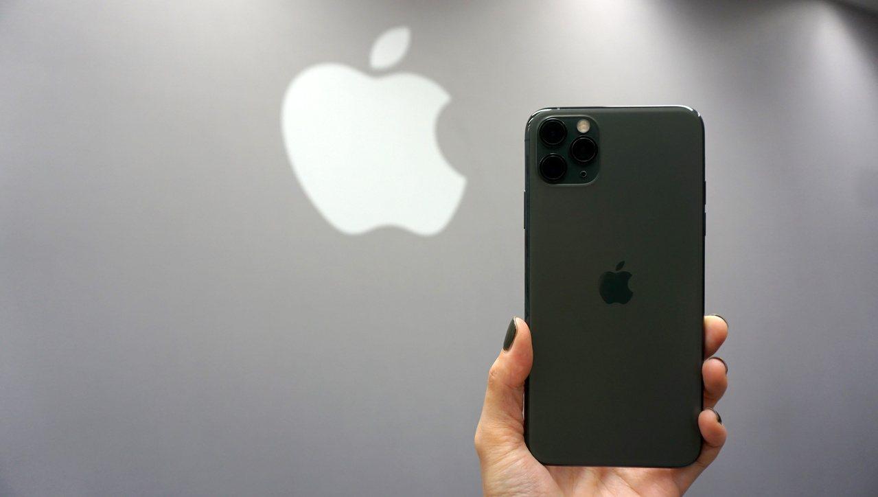 男子因為使用iPhone變成同性戀。記者黃筱晴/攝影