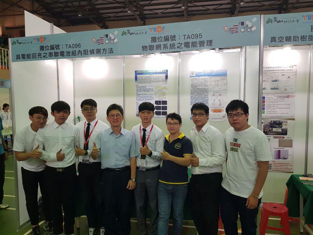 高苑科大電動車中心主任劉又齊(左四)帶領研發團隊參賽獲得佳績。 高苑科大/提供