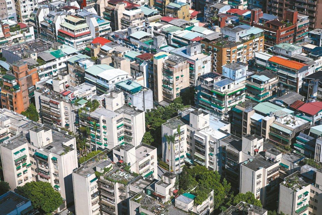 今年第一季台北市士林區、信義區、中山區,每三戶房屋交易就有一戶超過40年。 圖/...