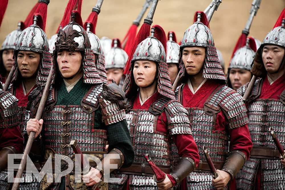 劉亦菲在《花木蘭》女扮男裝的代父從軍劇照。 圖/擷自Empire雜誌網站
