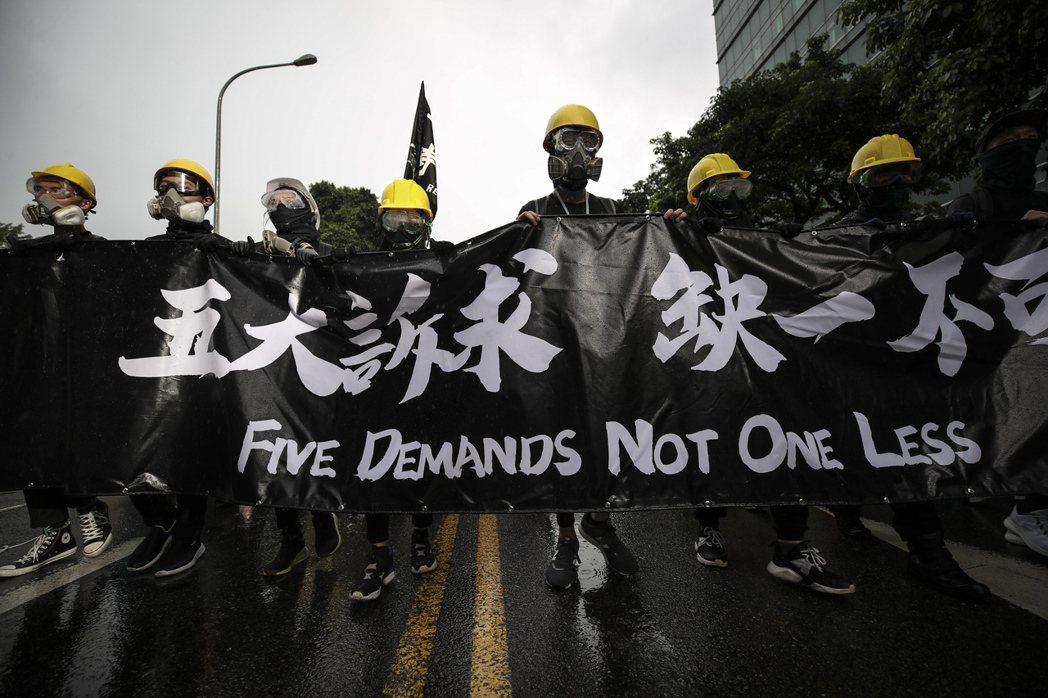 9月29日,約10萬人走上街頭參加「撐港反極權——929台港大遊行」。 圖/歐新社