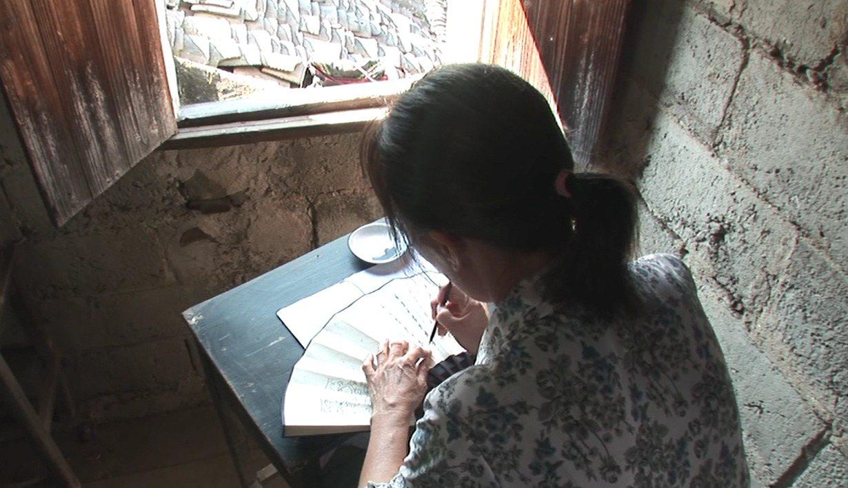 江永女子將女書寫在摺扇或手帕上,與閨密姊妹交換。圖片來源│取自紀錄片《女書回...