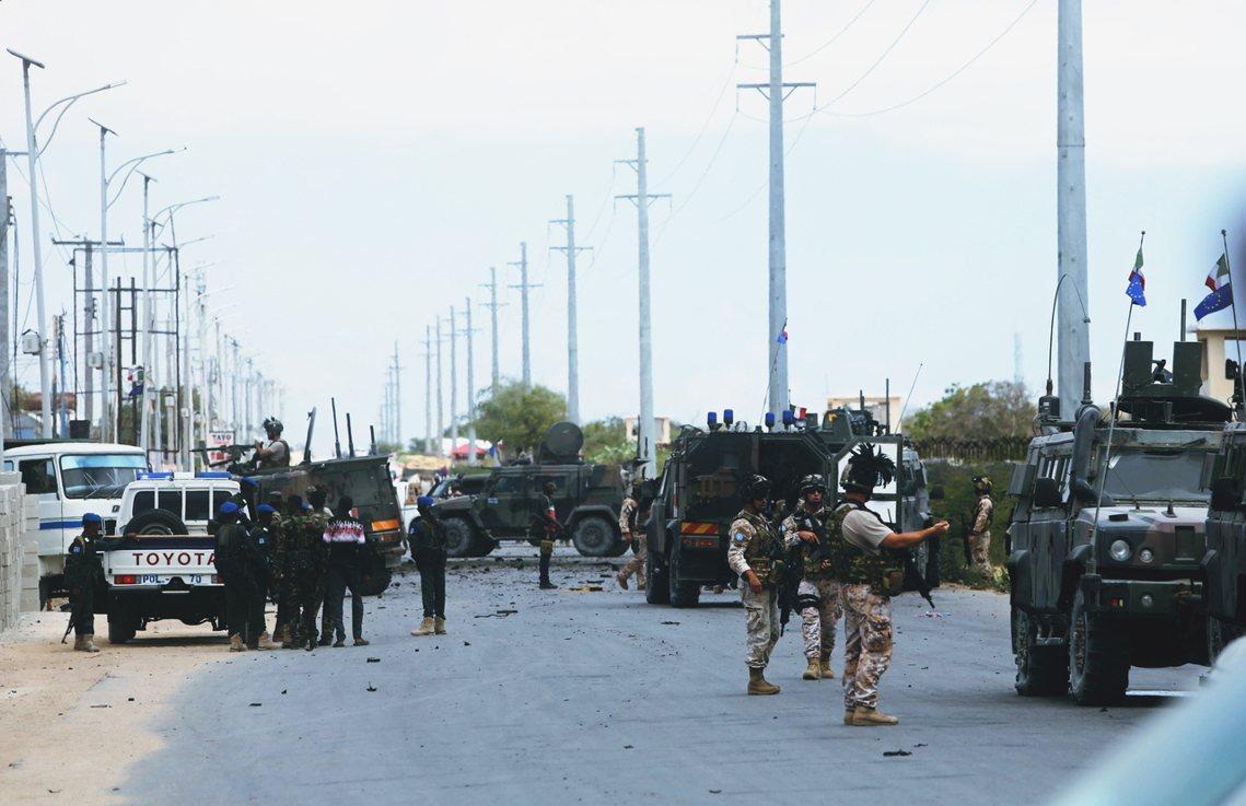 一度因國際聯軍壓制而短暫沉寂的東非恐怖組織——索馬利亞青年黨——30日先後對美軍...