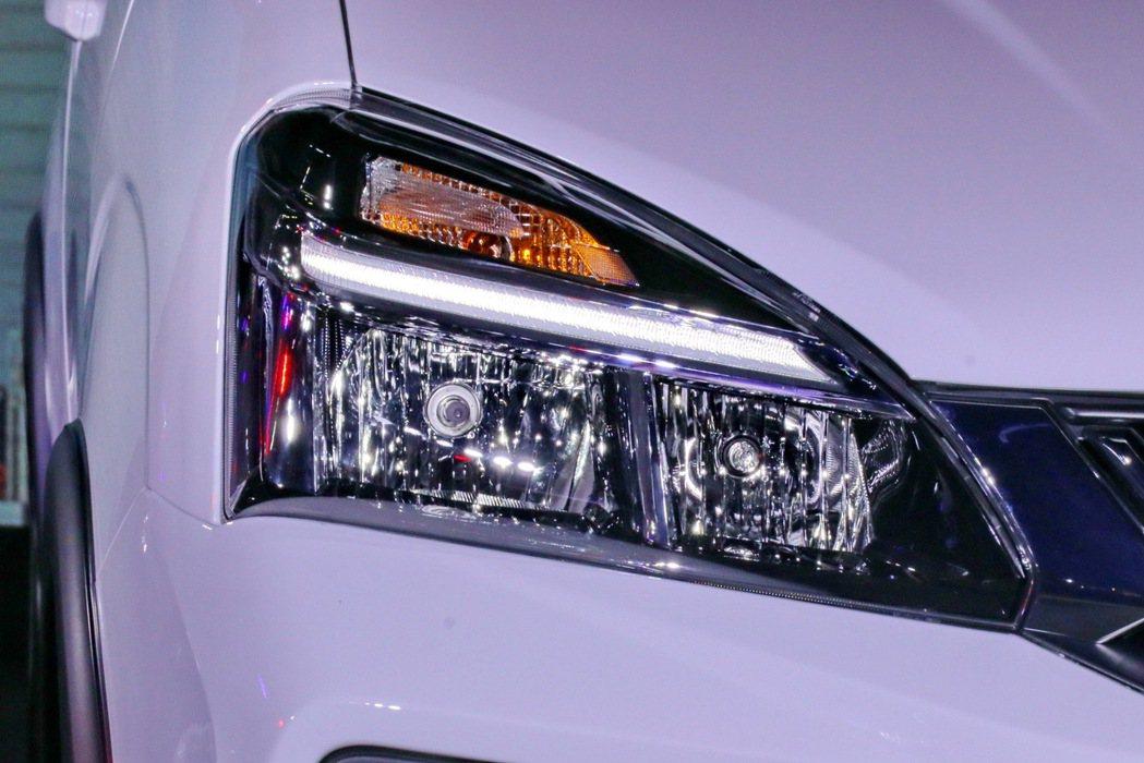 LED日行燈搭配鹵素大燈及方向燈。 記者陳威任/攝影