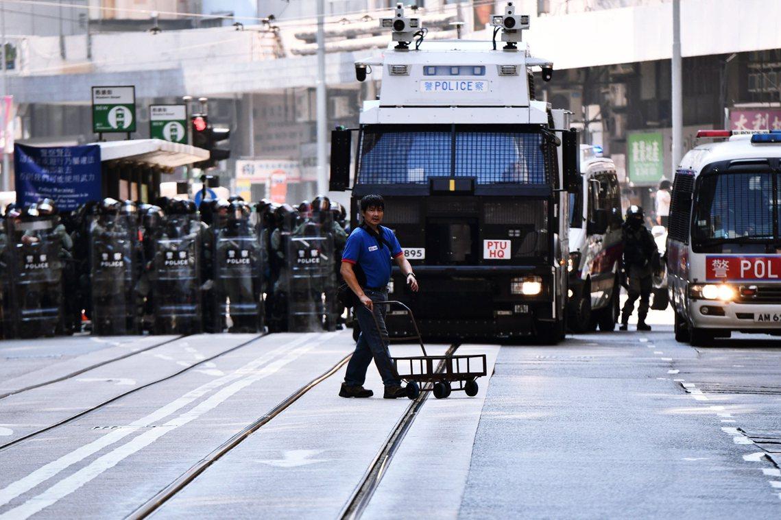 香港各大媒體皆表示,由於七一的行動經驗、加上特首林鄭早已上京不在港,預期十一抗爭...