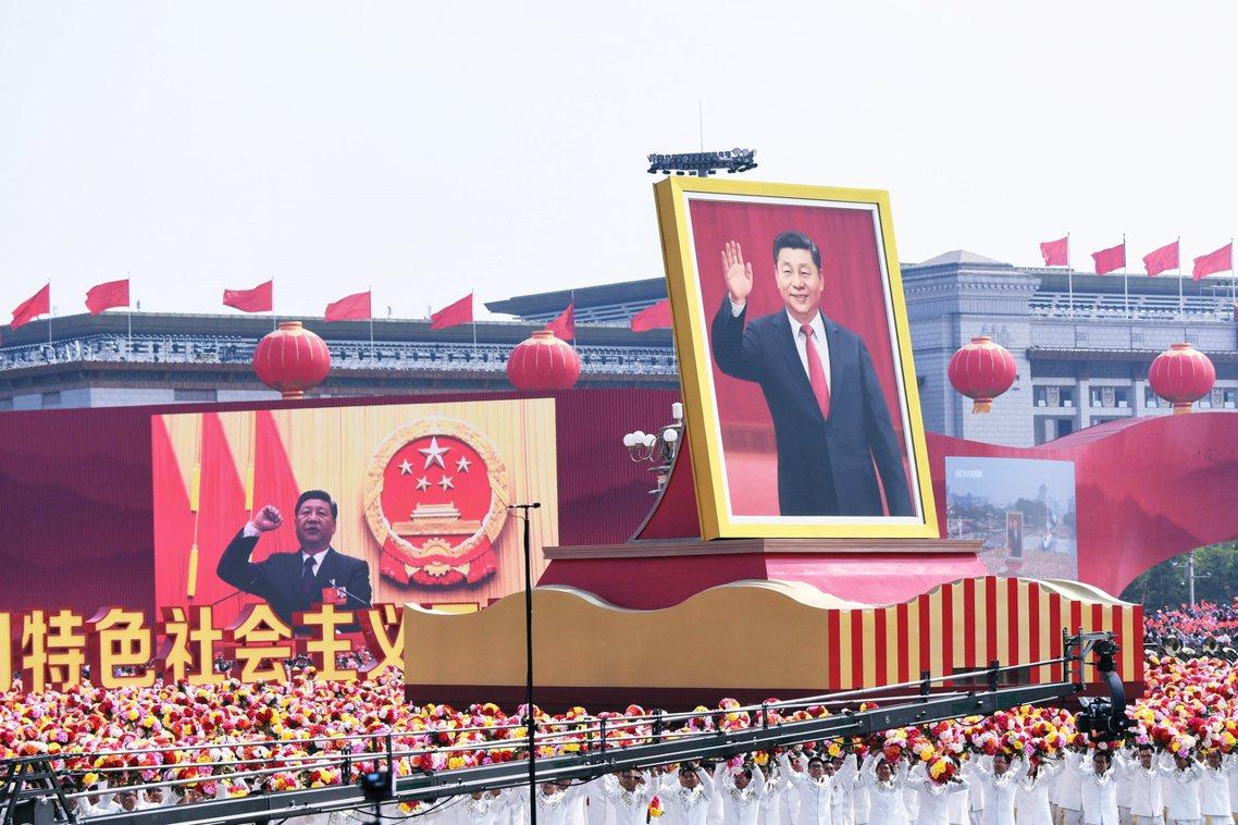 2019年10月1日,中國國家主席習近平在數萬解放軍的簇擁下,在北京天安門廣場歡...