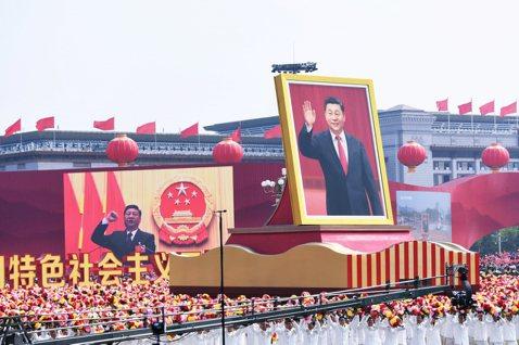 鏡頭背後/兩個十月一日:中國「國慶」遊行,香港「國難」遊行