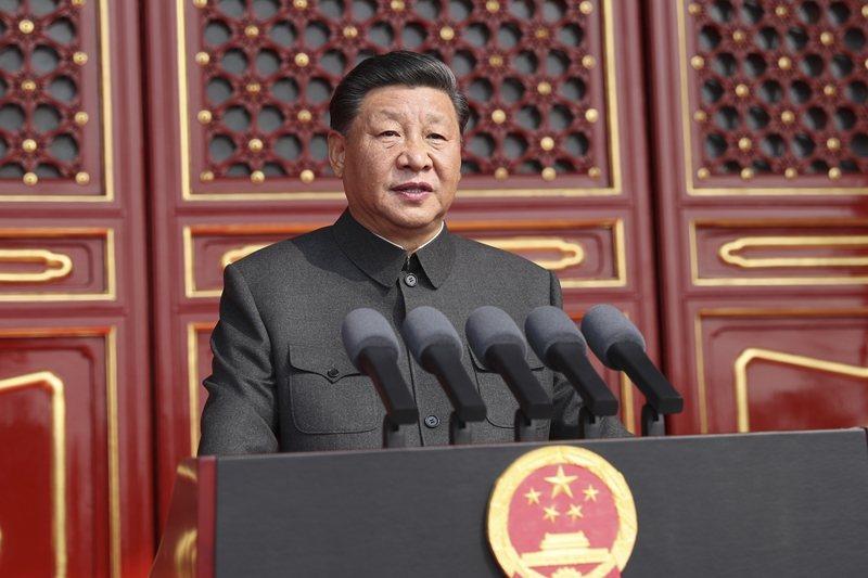 中國國家主席習近平在天安門城樓主席台上發表演說。 圖/新華社