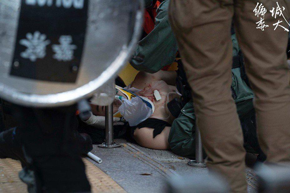 一名示威者左胸中彈倒地。 圖擷自香港城市大學學生會編輯委員會
