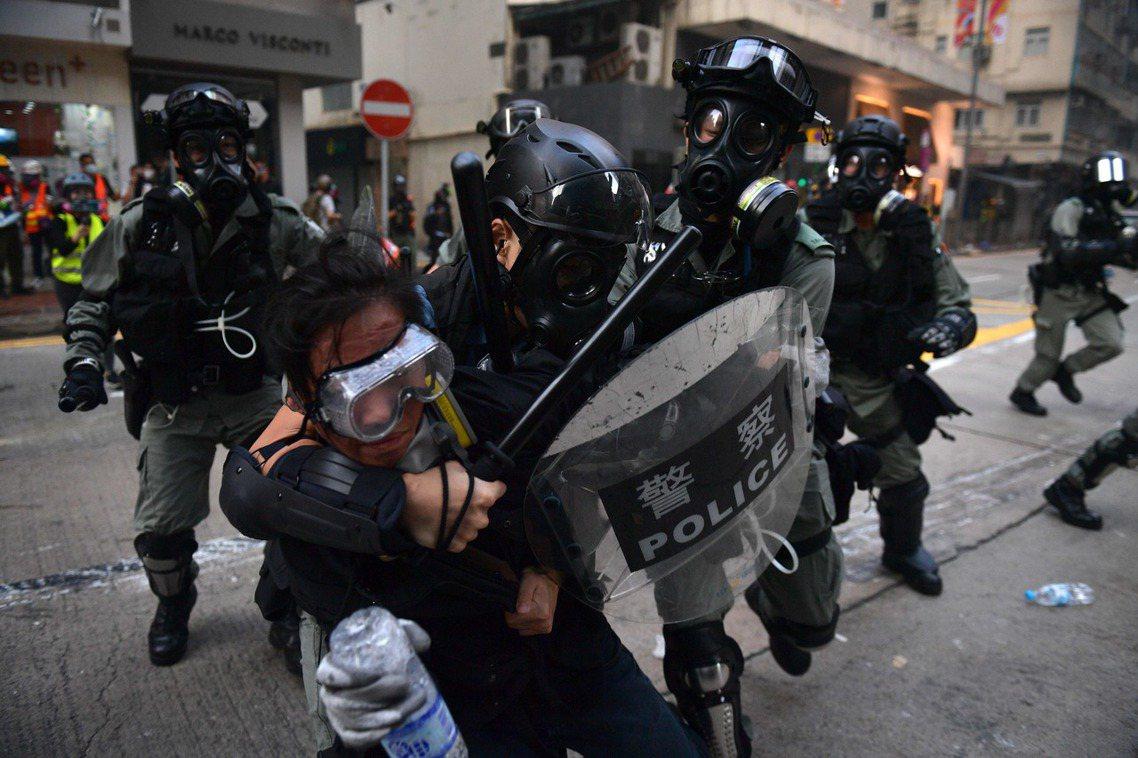 10月1日,香港示威者遭警方制伏。由於無法取得合理的集會許可,香港示威者於是將行...