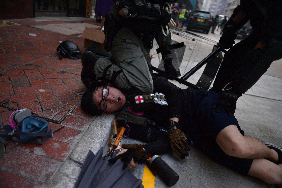 10月1日,香港示威者遭警方制伏。香港進入「全城全面衝突」的高強度對抗中。 圖/...