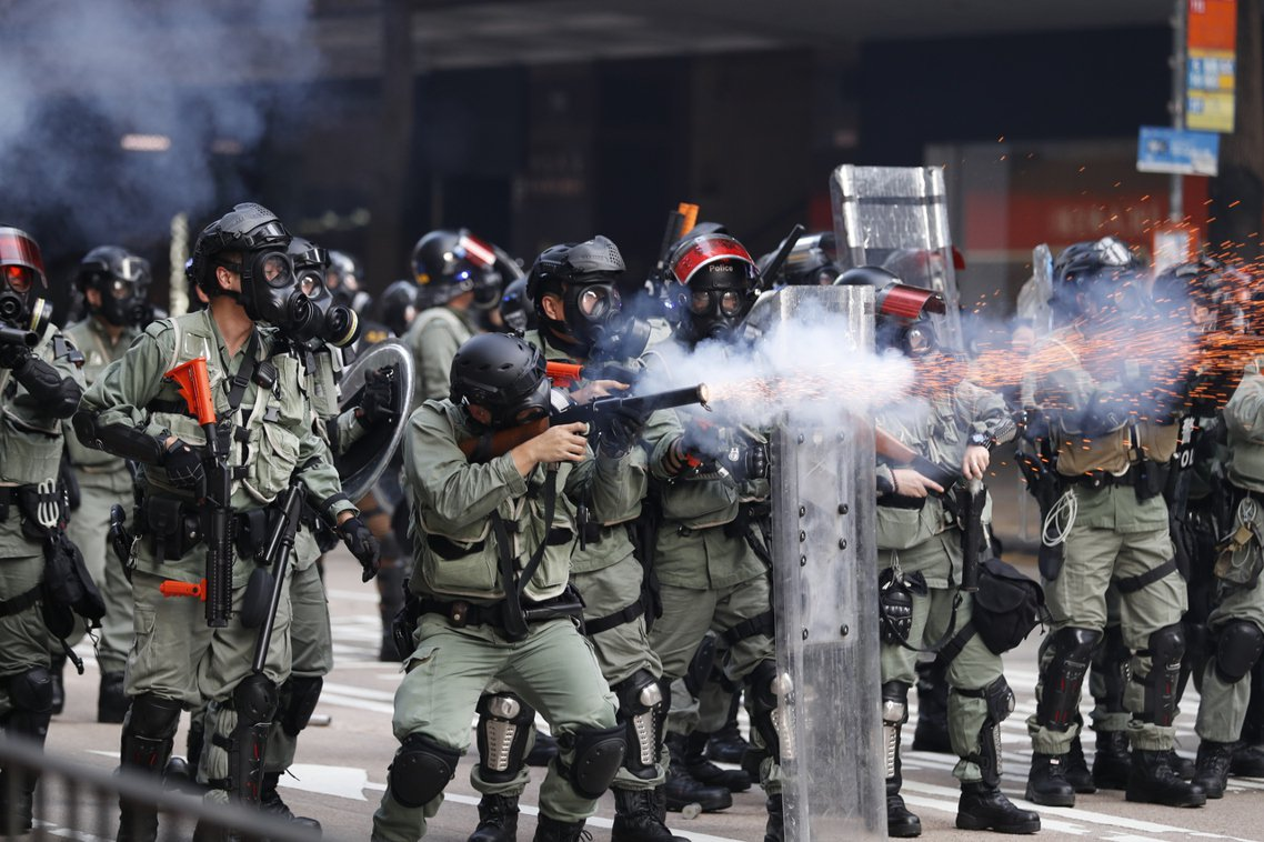 10月1日,港警發射催淚彈。香港的10月1日全城大抗爭,不僅時逢中華人民共和國建...
