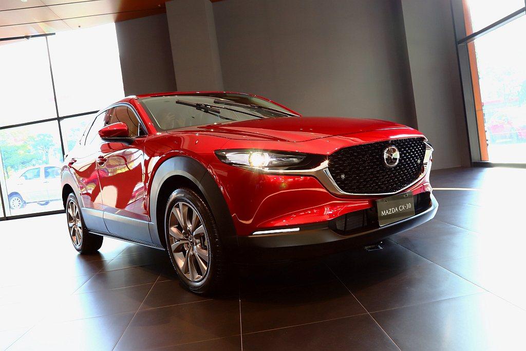 今年3月瑞士日內瓦車展發表的Mazda CX-30都會跨界休旅車,將於10月底在...