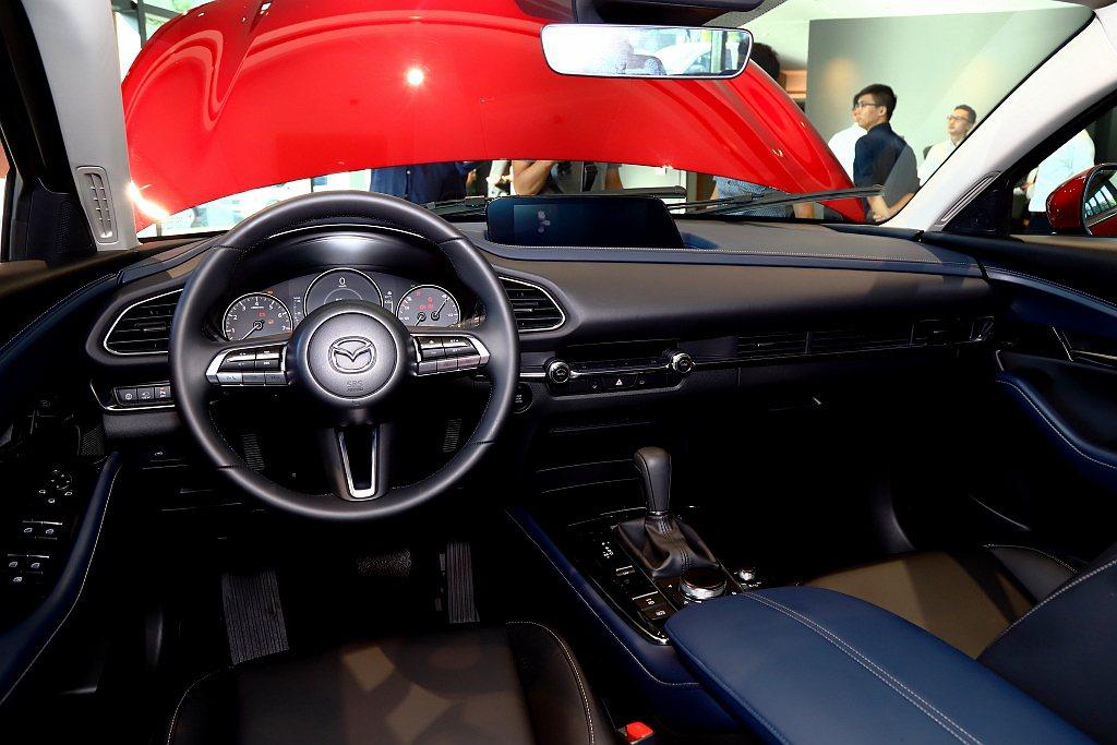 Mazda CX-30控台採用大量皮革材質包覆,透過鍍鉻飾條點綴豪華氣息並導入8...