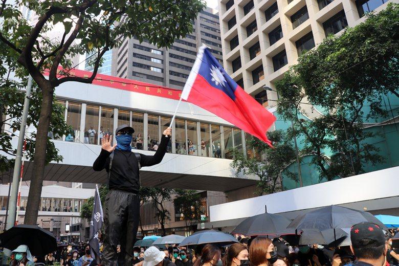 一名示威者手舉中華民國國旗。 圖/作者自攝