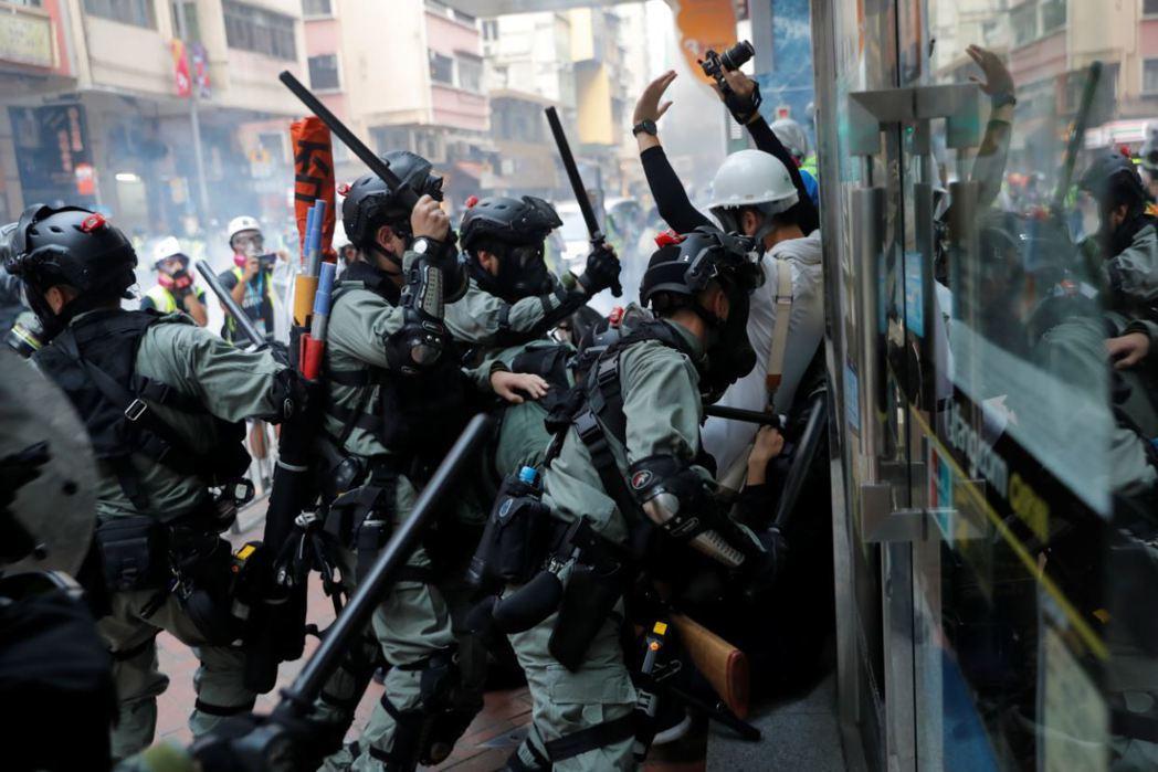 十月一日這天,港警面對示威者的鎮壓力道更為升級。 圖/路透社