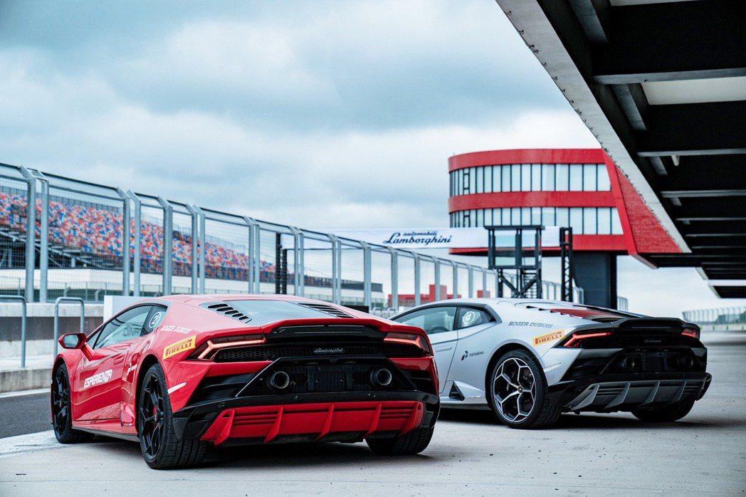 搭配懸浮尾翼,展現強大空力性能,車底設計則將氣流最大強化。全新整合式空氣力學設計...