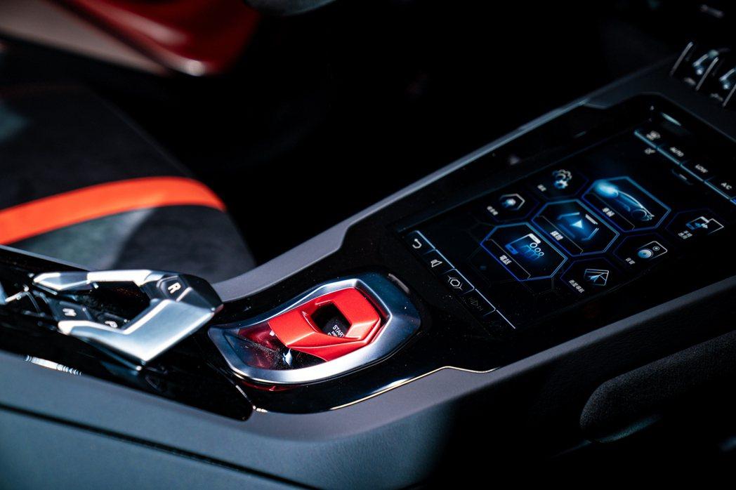 於中控臺紅色啟動器上方,設有8.4 英寸 HMI 觸控式螢幕。 圖/Lambor...