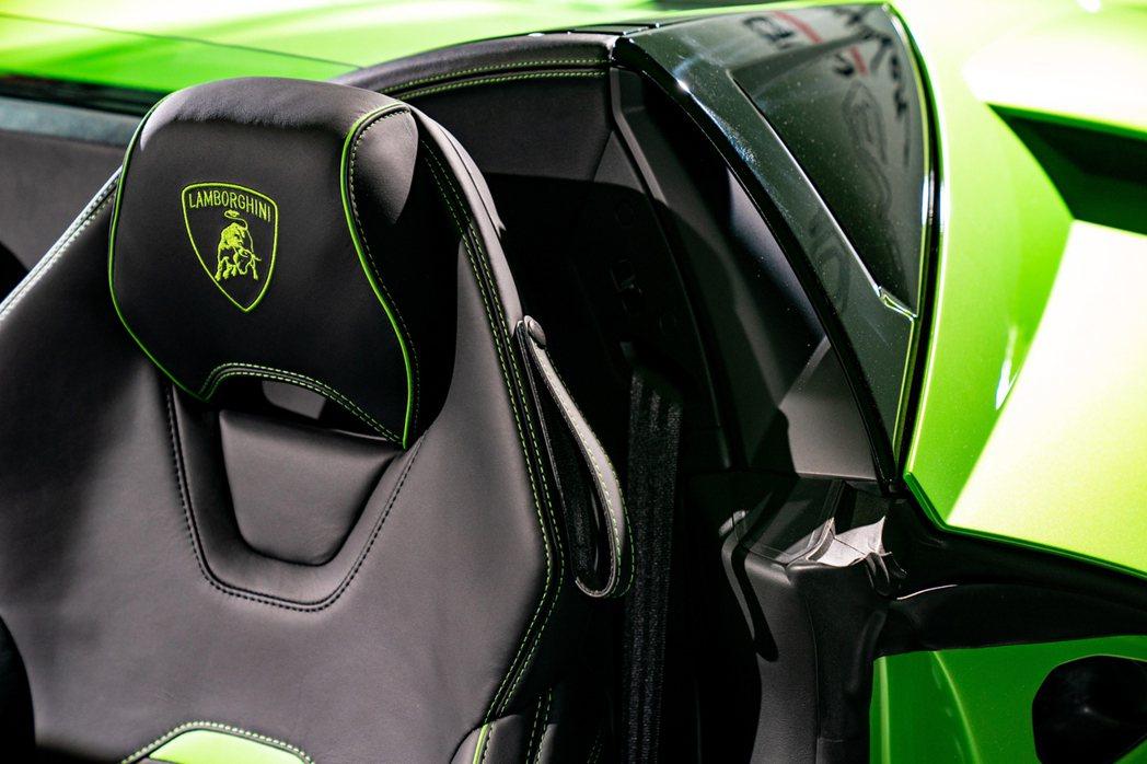 搭配對應車身顏色的EVO專屬內裝設計。 圖/Lamborghini提供