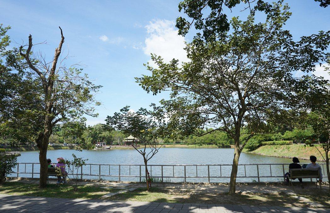坐在湖畔,靜靜地感受澄清湖的美。