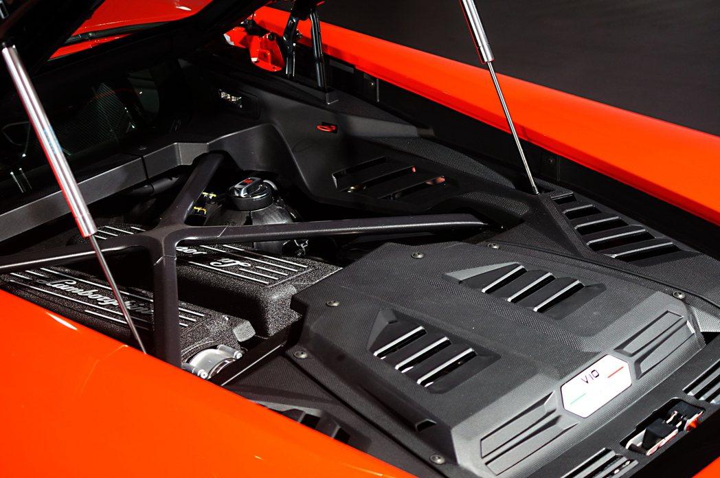 5.2 升自然進氣 V10 引擎,可於8,000 rpm時輸出640 hp最大馬...