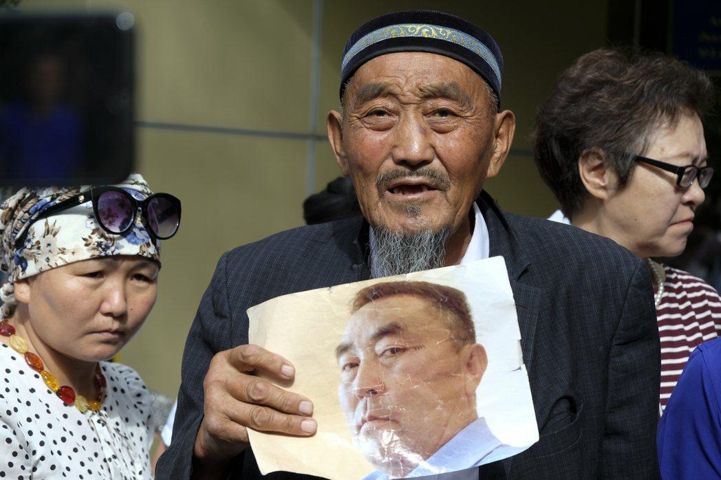 今年3月,哈薩克政府以「煽動民族紛爭」的罪名,拘捕長期批評新疆再教育營的哈薩克人...