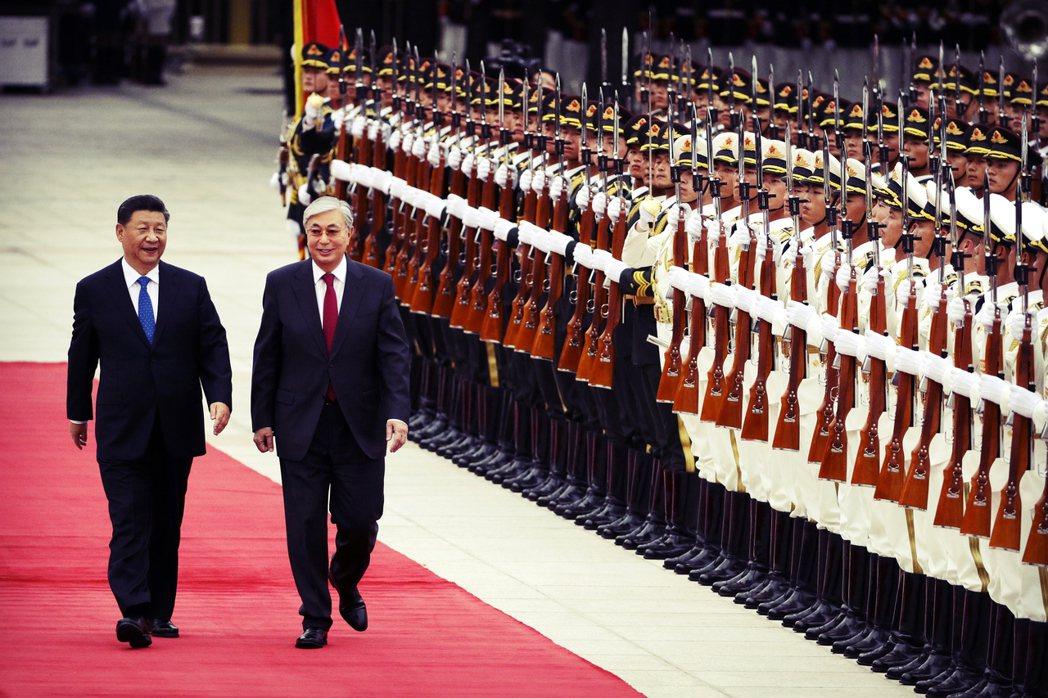接班納扎爾巴耶夫的繼任總統——托卡耶夫——深諳「平衡外交」。圖為9月中旬,扎爾巴...