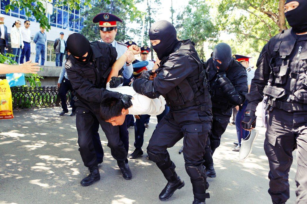 上次的大型反中事件,是2016年的反土地改革示威。在中國勢力大舉滲入哈薩克下,民...
