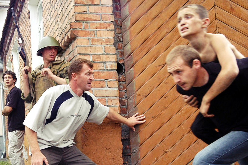 人質也趁亂向四散竄逃,武裝份子與俄國軍隊隨即展開混戰,火光四射直到晚上11點才平...