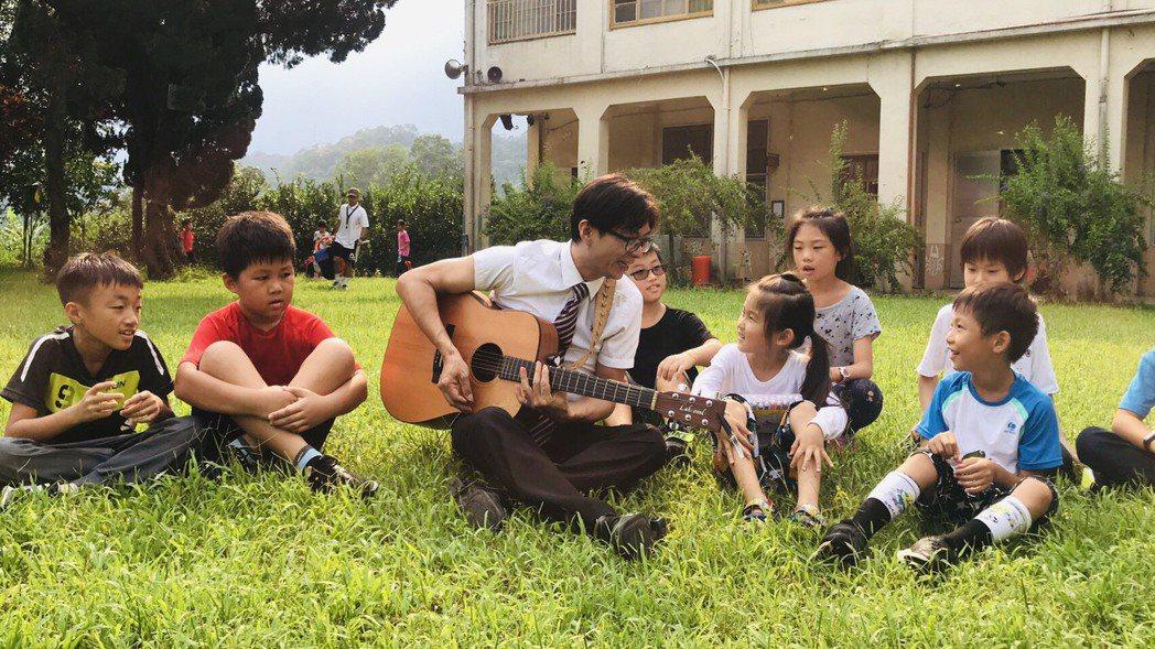 新竹縣大坪國小校長彭銘君曾陷入深深的憂鬱,透過學吉他等樂器,體認到「要抱持著一顆...