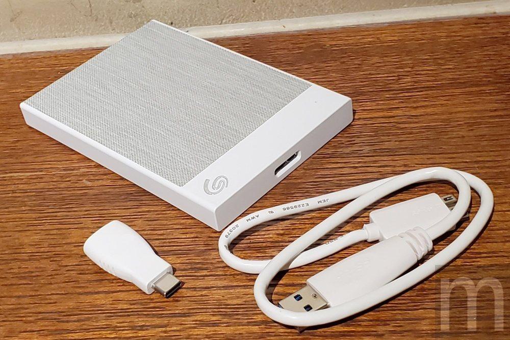內附USB 3.0 Micro-B規格連接線,並且附上一組USB-C連接頭轉接配...