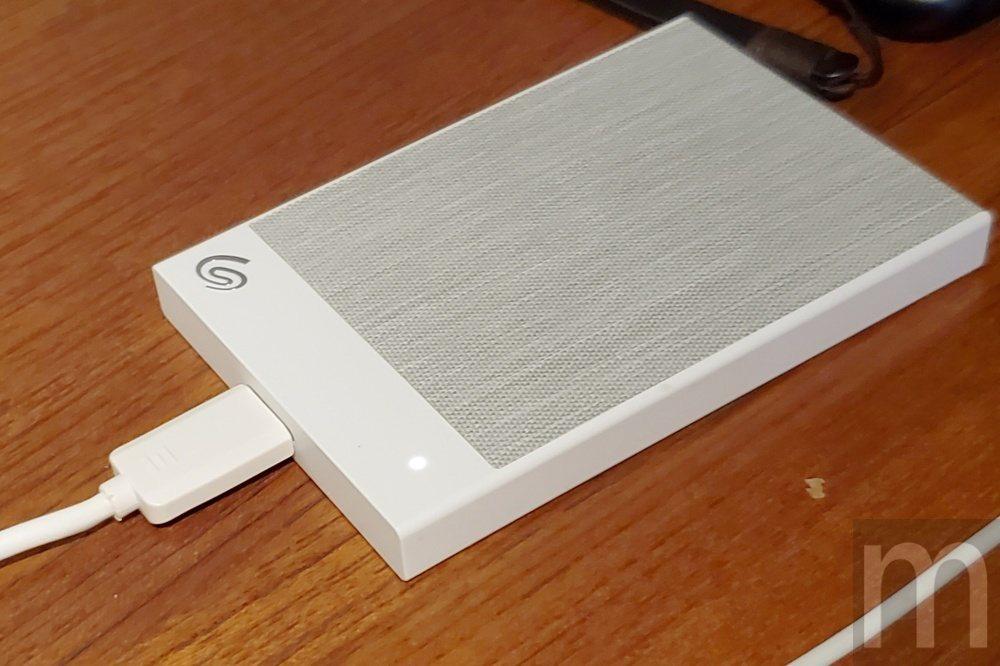 外殼表面採用織紋材質設計