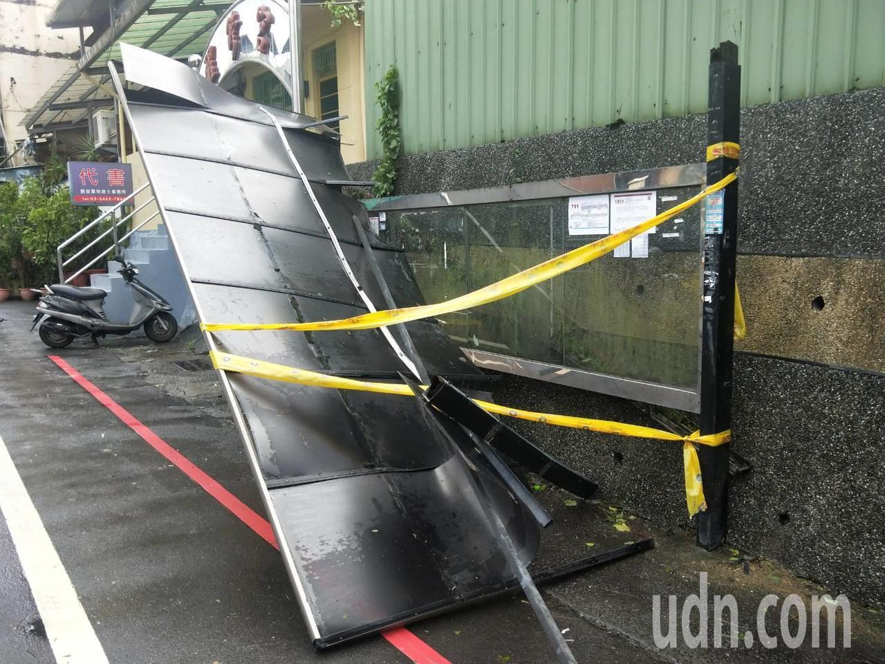 影/強風吹垮基隆公車站牌 屋頂翻柱子垮民眾驚