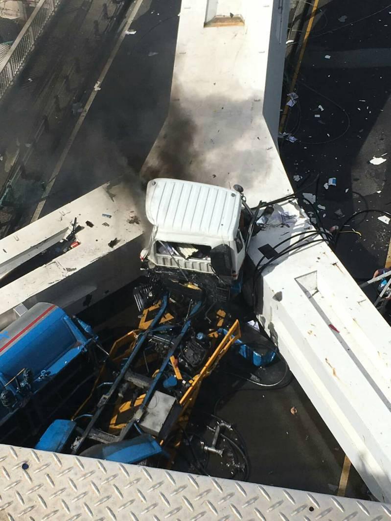跨海大橋斷裂,油罐車掉落起火燃燒。 讀者提供