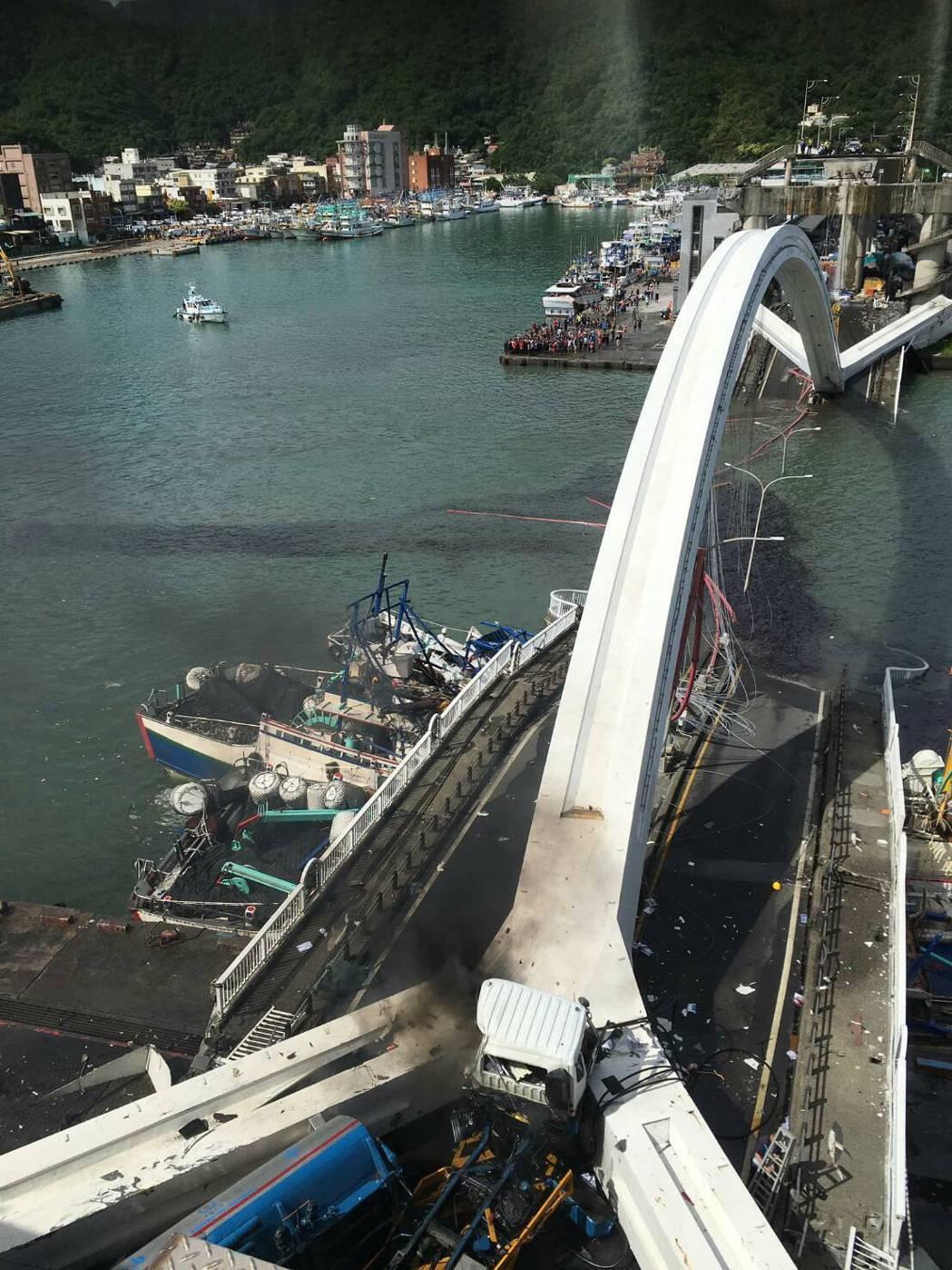 南方澳跨海大橋今上午崩塌起火。圖/讀者提供